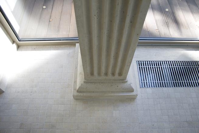Гипсовые колонны декорированы под камень травертин.