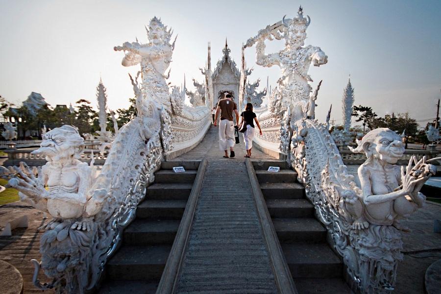 Белоснежный буддийский храм в Таиланде