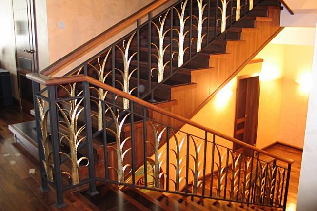 Кованное ограждение лестницы в виде алоэ