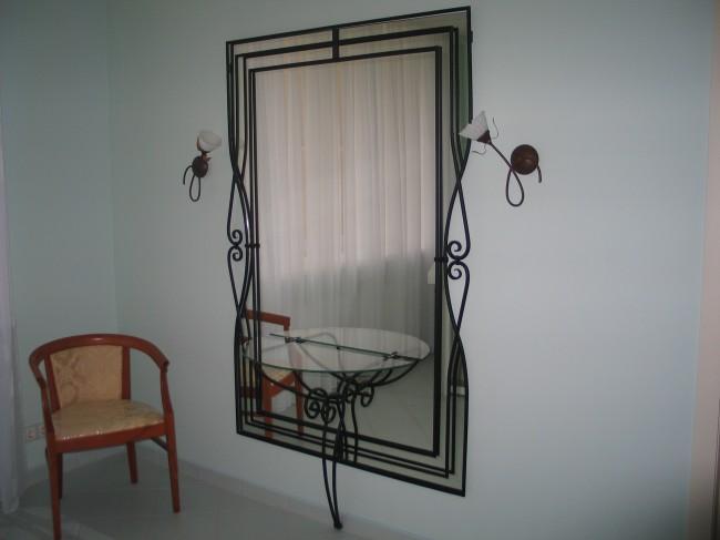 Кованное обрамление зеркала